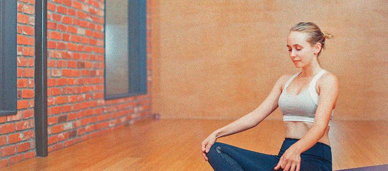 девушка и йога