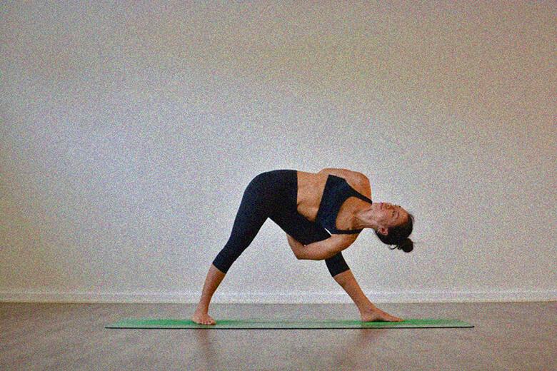 Поза треугольника с замком йога