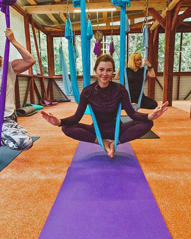 йога в гамаках фото поза связанного угла